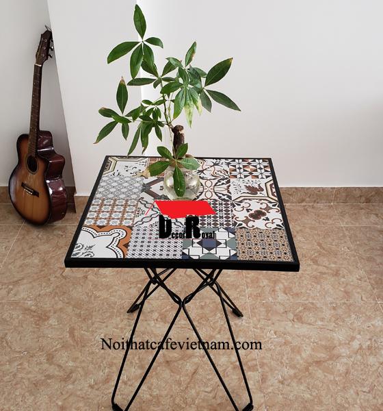 Bàn cafe chân sắt mặt đá hoa văn